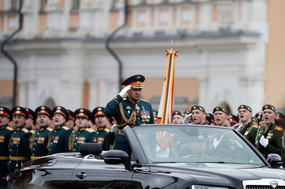 Rusya Savunma Bakanı Sergey Şoygu 9 Mayıs Zafer Bayramı askeri geçit törenine katılıyor.