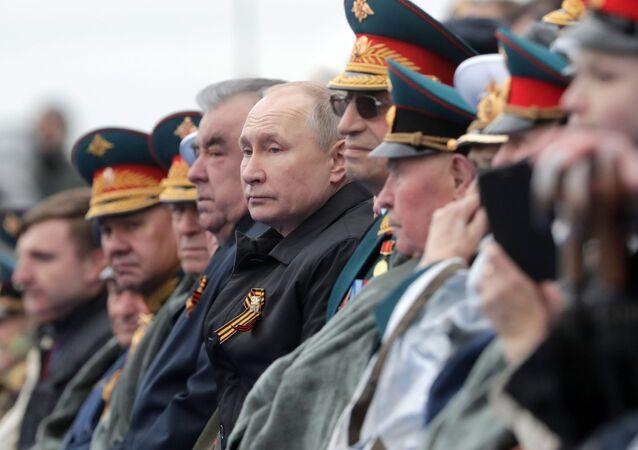 Rusya Devlet Başkanı Vladimir Putin ve Tacikistan Cumhurbaşkanı İmamali Rahman Kızıl Meydan'da düzenlenen 9 Mayıs Zafer geçidinde. 9 Mayıs 2021.