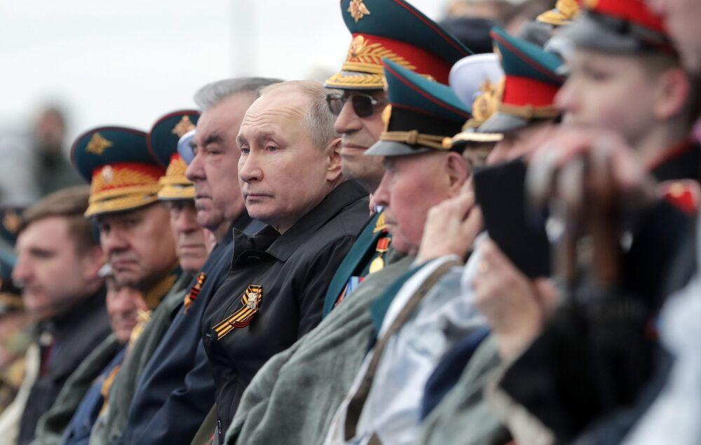 Rusya Devlet Başkanı Vladimir Putin ve Tacikistan Cumhurbaşkanı İmamali Rahman Kızıl Meydan'da düzenlenen 9 Mayıs Zafer geçidinde.