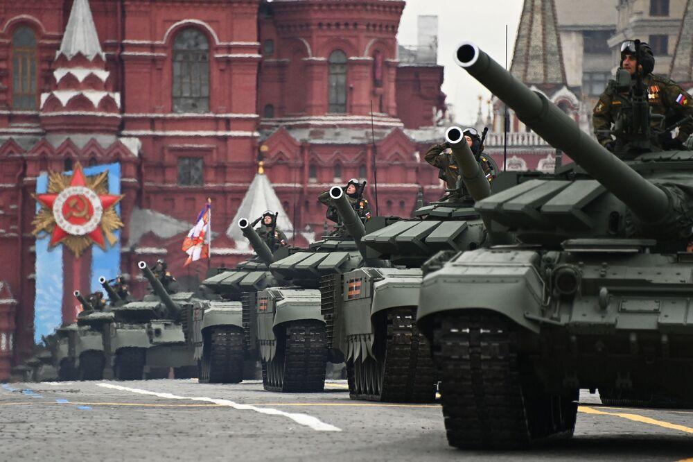 9 Mayıs Zafer Bayramı askeri geçit törenine katılan T-72B3M tankları.
