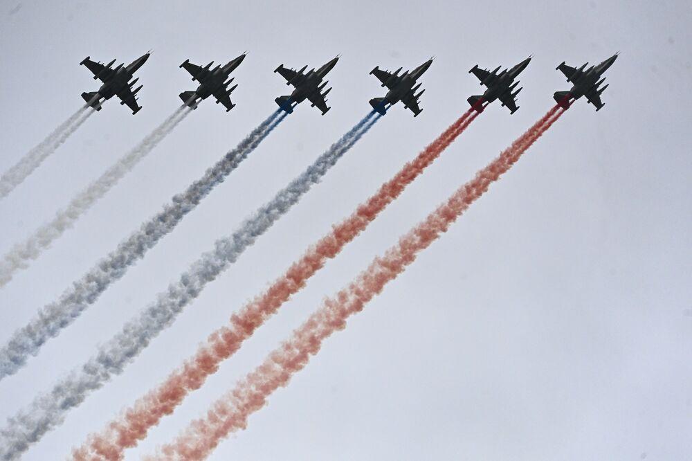 9 Mayıs Zafer Bayramı askeri geçit törenine katılan Su-25BM uçakları.