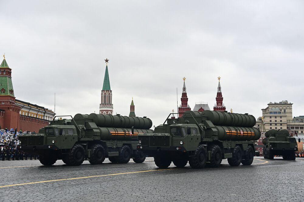9 Mayıs Zafer Bayramı askeri geçit törenine katılan S-400 Triumf hava savunma sistemleri.