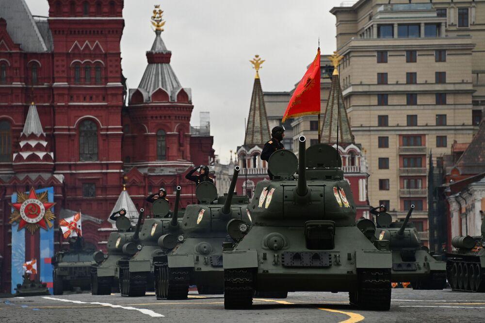 2. Dünya Savaşı'nda Doğu Cephesi'nin en iyi tankları olarak kabul edilen T-34-85 tankları.