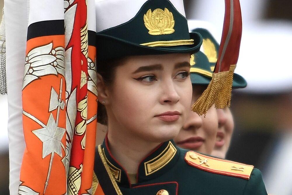 9 Mayıs Zafer Bayramı askeri geçit töreninde yürüyen askeri eğitim kuruluşlarının kadın öğrencileri.
