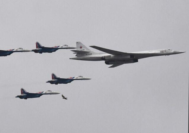 Rusya Savunma Bakanlığı'na bağlı Rus Şövalyeleri hava akrobasi ekibine ait Su-35S uçakları eşliğinde geçit töreninin havadaki bölümüne katılan Tu-160 stratejik süpersonik nükleer bombardıman uçağı.