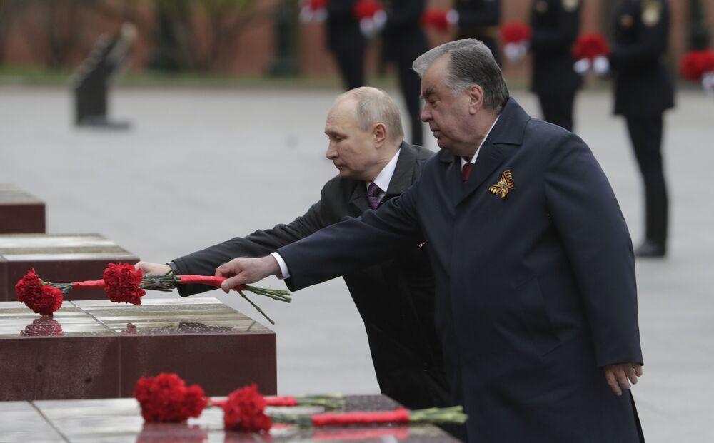 Rusya Devlet Başkanı Vladimir Putin, Tacikistan Cumhurbaşkanı İmamali Rahman ile Meçhul Asker Anıtı'na çelenk bıraktı.