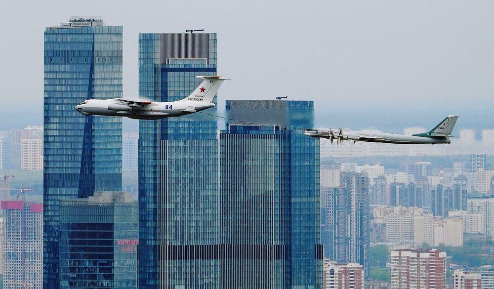 Zafer Günü dolayısıyla düzenlenen askeri geçit töreninin havada geçen kısmında İl-78 tanker uçağı ve Tu-95MS stratejik bombardıman uçağı Moscow-City Uluslararası İş Merkezi'nin üzerinden geçiyor.