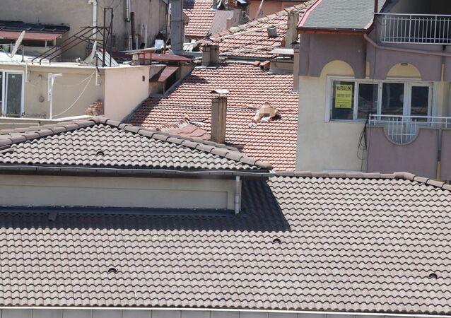 Çıplak halde çatıya çıkıp güneşlenen erkek gözaltına alındı