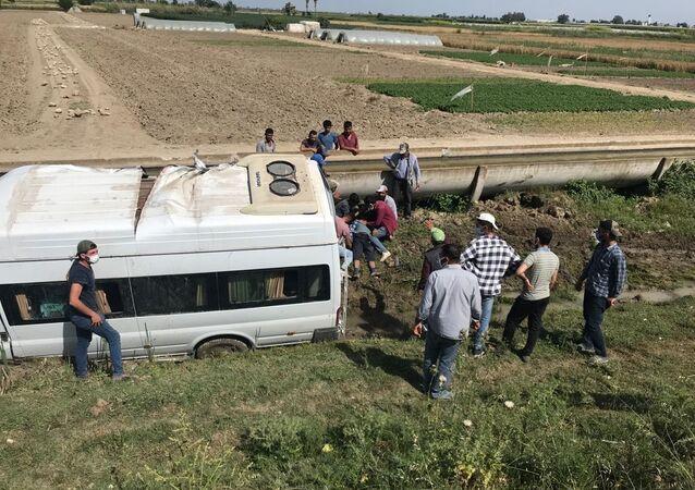 Tarım işçilerini taşıyan minibüs şarampole devrildi: 2'si ağır, 7 yaralı