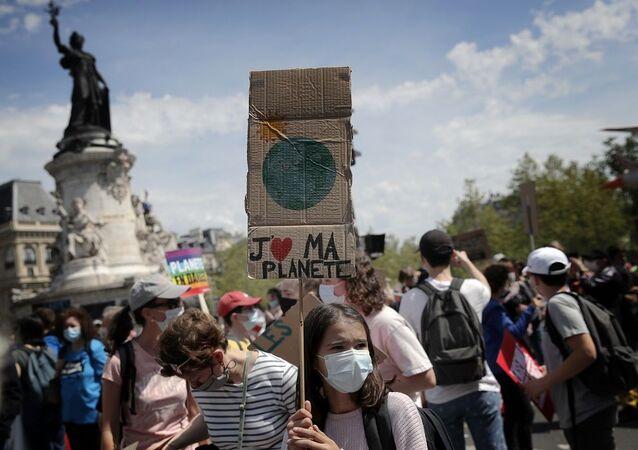 Paris'te çevreciler, Cumhurbaşkanı Macron'un iklim politikasını protesto etti