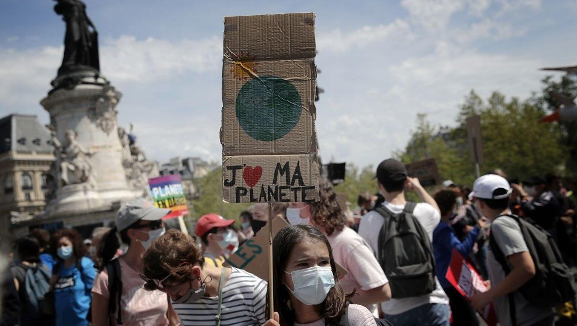 Paris'te çevreciler, Cumhurbaşkanı Macron'un iklim politikasını protesto etti - Sputnik Türkiye, 1920, 09.05.2021