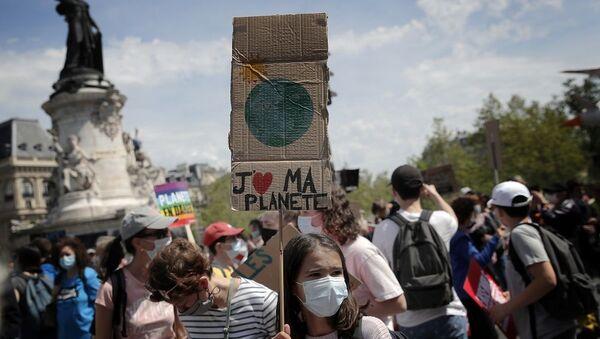 Paris'te çevreciler, Cumhurbaşkanı Macron'un iklim politikasını protesto etti - Sputnik Türkiye