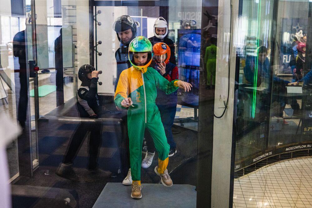 Resmi rakamlara göre, Rusya'da 85 bin selebral palsi hastası çocuk var, saatlik kullanım ücreti 400 dolar olan serbest paraşüt simülatörüne ulaşabilen ailelerin sayısı da az. Devlet desteğiyle yürütülen 'Benimle uç' programıyla da çocukların bu imkanı elde edebilmesi, fiziksel becerilerinin artırılması ve daha da güçlenmeleri hedefleniyor.  Programa şimdiye kadar beş ila 14 yaş arasında 120 çocuk dahil edildi ve ülkenin birçok kentinden çocuk bundan faydalanabiliyor.