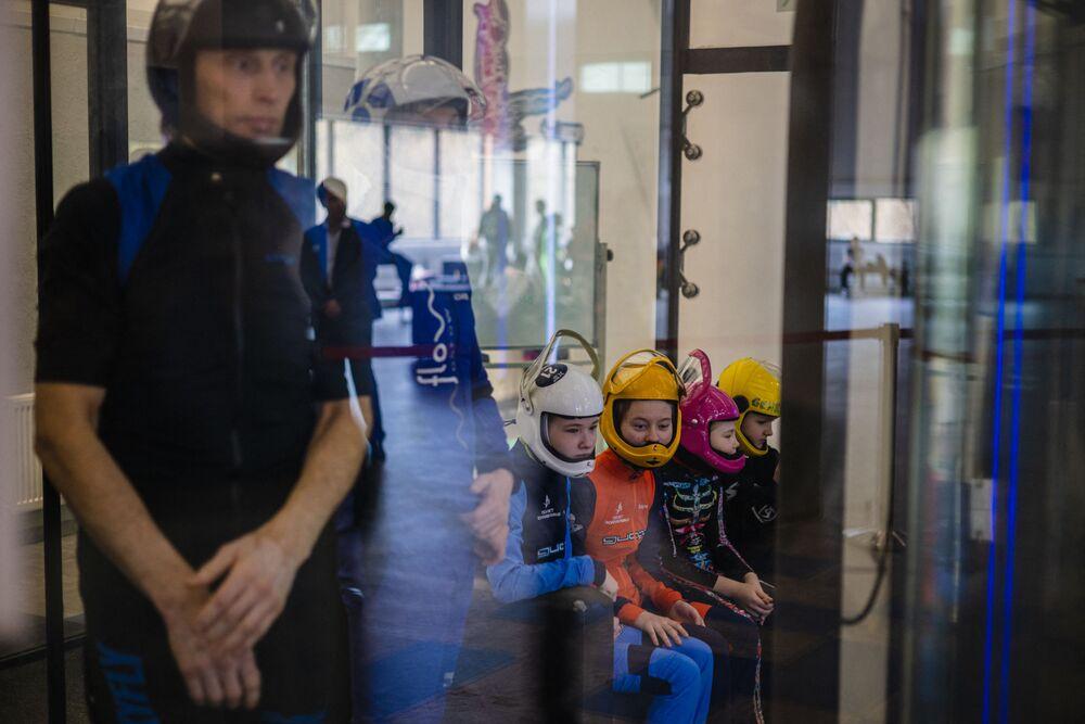 """Rusya Paraşütçülük Federasyonu Başkan Yardımcısı Denis Sviridov, engelli çocukların ilk kez yarışmaya katıldığını söyledi.  Sviridov, """"Çocuklar sporcu olarak gelişme ve paraşütçülük dünyasına girme imkanı buluyor. Gökyüzü onlara açık"""" dedi."""