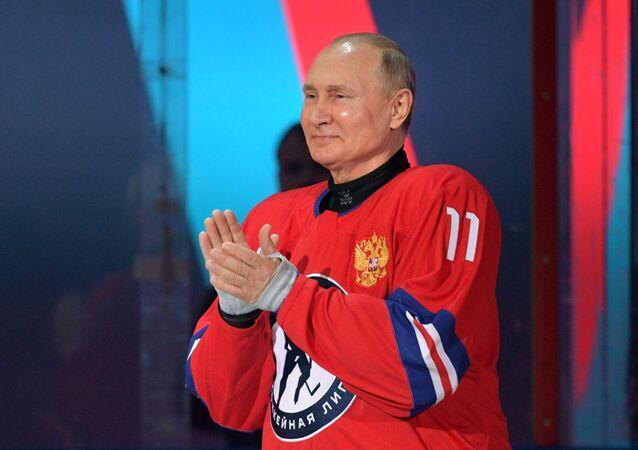 Putin, Soçi'de oynanan 'Buz Hokeyi Gece Liginin' gala maçında sahaya çıktı