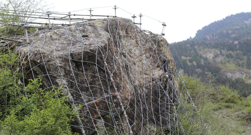 Peynirli köyünde evlerin üst yamacında dağlık alanda yer alan dev kaya kütlesi