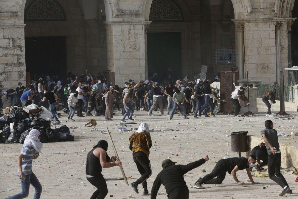 İsrail polisi, fanatik Yahudilerin baskınını önlemek için Mescid-i Aksa'da nöbet tutan Filistinlilere göz yaşartıcı gaz, plastik mermi ve ses bombalarıyla saldırdı, olayda yüzlerce kişi yaralandı
