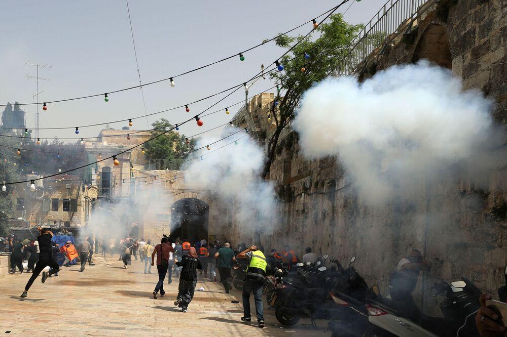 İsrail polisi, 7 Mayıs'ta yatsı namazı sırasında Mescid-i Aksa'yı basarak cemaate plastik mermi ve ses bombalarıyla müdahale etmişti. Bölgede tansiyonu artıran saldırıda 205 Filistinli yaralanmıştı.