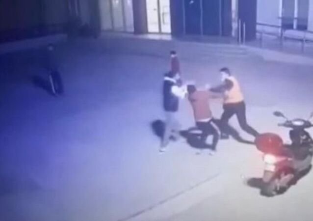 Esenyurt'taki bir site bahçesinde kısıtlama saatinde top oynayan 2 genç ile güvenlik görevlisi arasında çıkan tartışma, yumruklu kavgayla son buldu. Kavga, saniye saniye güvenlik kamerasına yansıdı.
