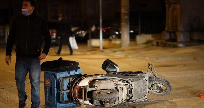 Bolu'da paket servis motosikleti ile 2 otomobilin karıştığı zincirleme trafik kazasında motosiklet kuryesi hayatını kaybetti.