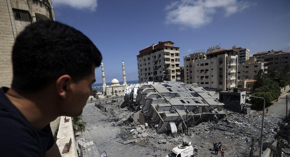 Gazze'de İsrail'in saldırıları sonucu yıkılan bir bina