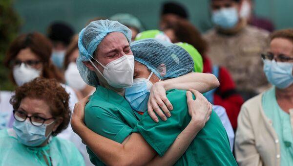 İspanya'nın Leganes kentindeki Severo Ochoa Hastanesi'nde Kovid-19 kurbanı meslektaşlarının ardından ağlayan sağlık çalışanları (Nisan 2020) - Sputnik Türkiye