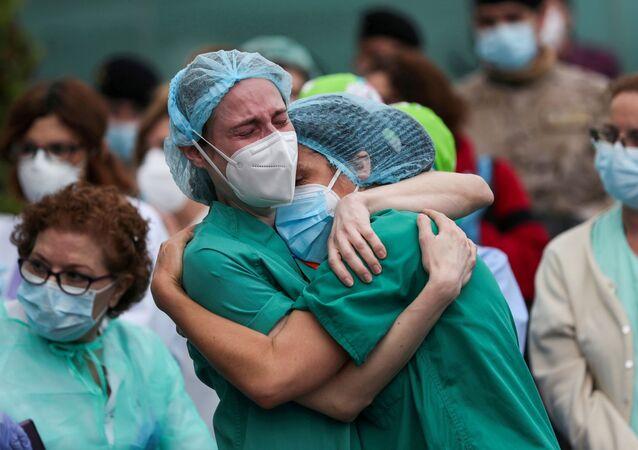 İspanya'nın Leganes kentindeki Severo Ochoa Hastanesi'nde Kovid-19 kurbanı meslektaşlarının ardından ağlayan sağlık çalışanları (Nisan 2020)