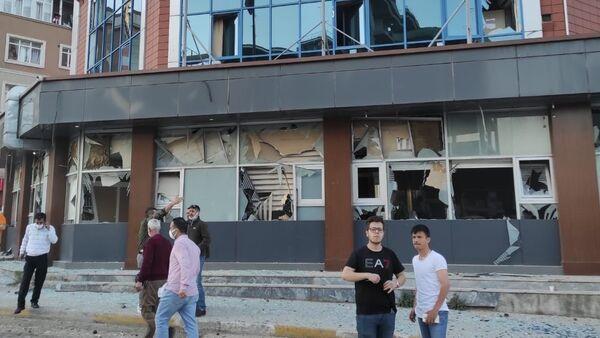 Pendik Kaynarca'da bulunan İBB Metro istasyonu inşaatında saat 19.40 sıralarında şiddetli patlama meydana geldi. Şiddetli patlama nedeniyle çevredeki iş yeri ve apartmanların camları paramparça olurken, şantiyede çalışan bir işçi hafif yaralandı. - Sputnik Türkiye