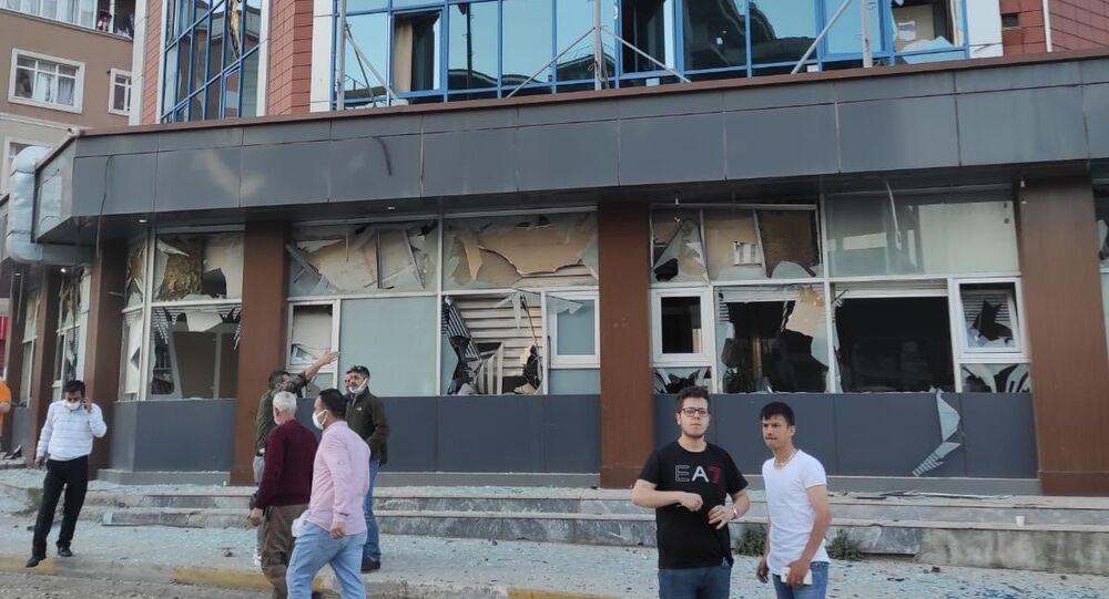Pendik Kaynarca'da bulunan İBB Metro istasyonu inşaatında saat 19.40 sıralarında şiddetli patlama meydana geldi. Şiddetli patlama nedeniyle çevredeki iş yeri ve apartmanların camları paramparça olurken, şantiyede çalışan bir işçi hafif yaralandı.