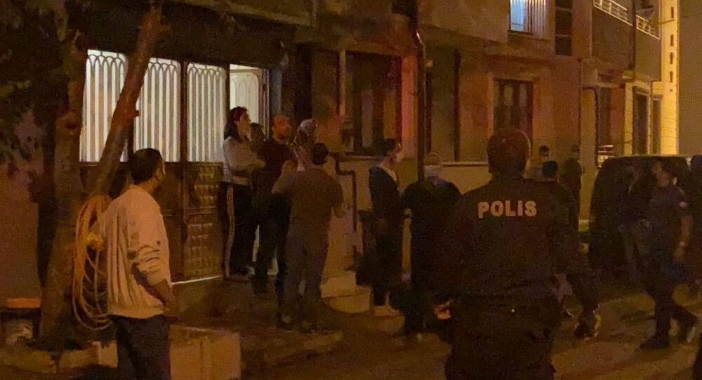 Kısıtlamaya uymayan şahıslar kendilerini uyaran polise saldırdı