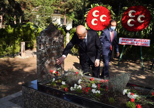 Bahçeli'den, bayram namazı sonrası Alparslan Türkeş'in kabrine ziyaret