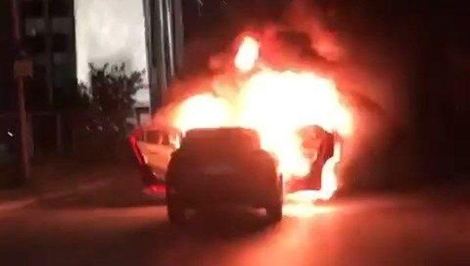 İstanbul'da bir çift, İsrail'i protesto için başkonsolosluk önünde aracını yaktı