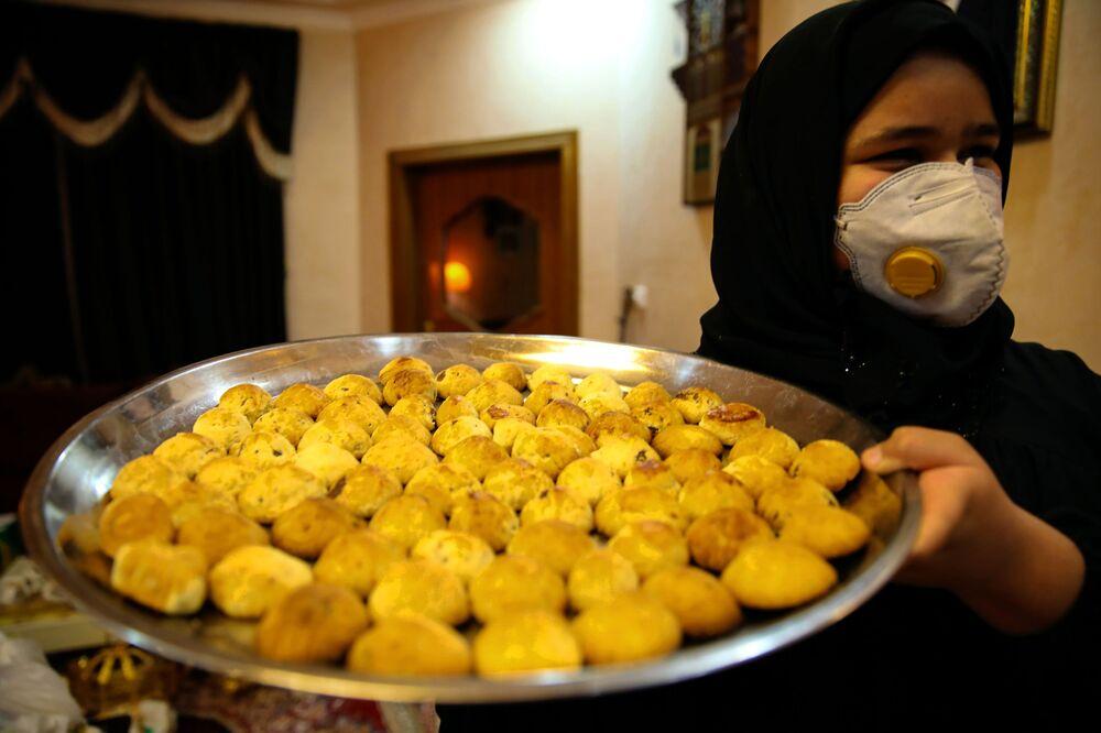 Bayramın birinci gününün coşkusunu yaşayan Irak'ın Basra kentinde çeşitli kutlamalar yapılıp ikramlar dağıtıldı