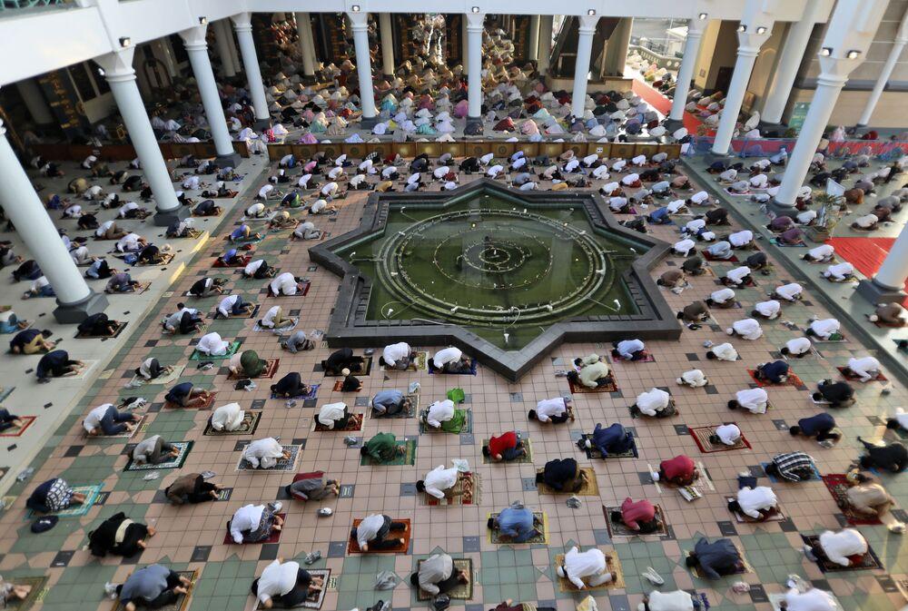 Dünyanın en yoğun Müslüman topluluğuna sahip Endonezya'da Müslümanlar, bayram namazını kılmak için camileri doldurdu. Ramazan Bayramı namazı, sosyal mesafe ve hijyen kurallarına uyarak kılındı.