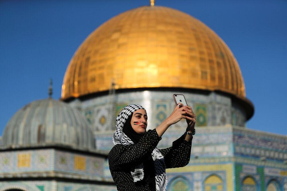 Ramazan Bayramı kutlamaları sırasında Küdüs'ün Eski Şehri'ndeki Kaya Kubbesi'nin yanında selfie çeken Filistinli kadın