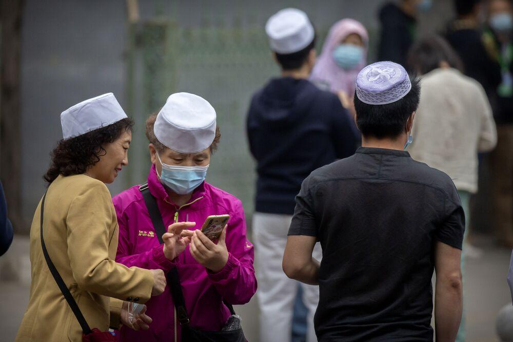 Çin'in başkenti Pekin'de yaşayan Müslümanlar, Niujie Camii'nin önünde Bayram namazının başlamasını beklerken