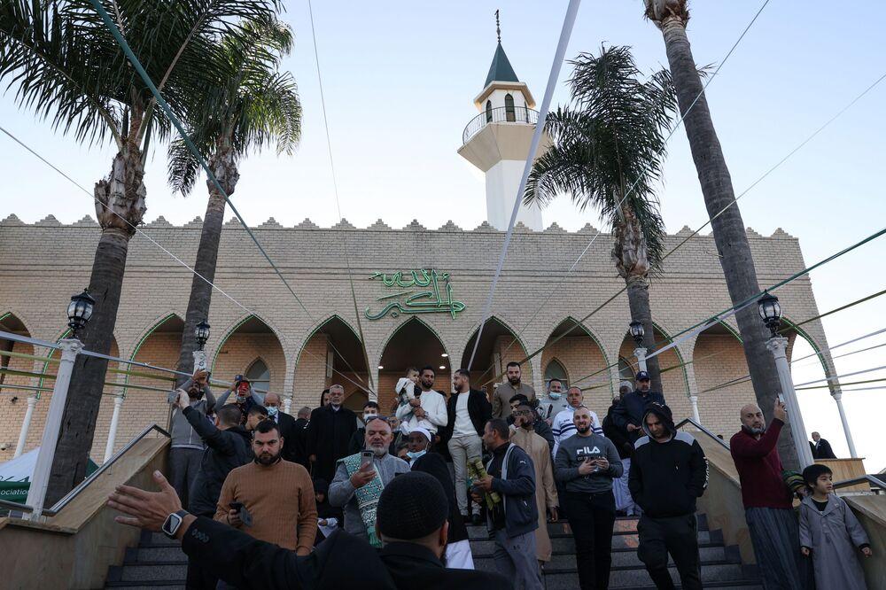 Avustralya'nın Sidney kentide yaşayan Müslümanlar, Bayram namazından sonra  Lakemba Camii'nden çıkıyorlar