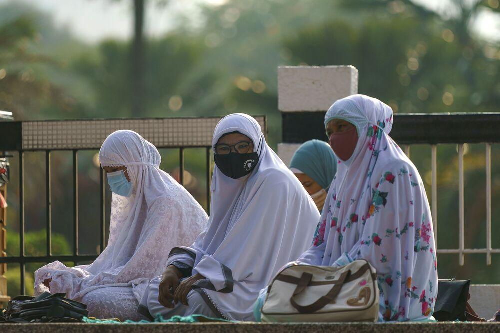 Malezya'nın başkenti Kuala Lumpur'da kılınan Ramazan Bayramı namazına katılan Müslüman kadınlar
