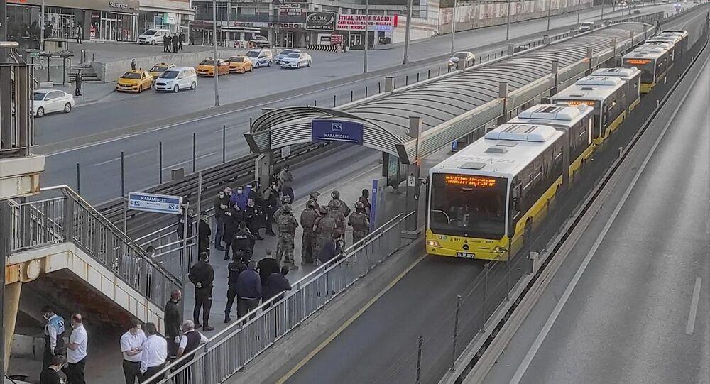 Haramidere durağında metrobüs içindeki yolcuları alıkoyan bir zanlı kendini araç içine kapattı. Yolcuları ve sürücüyü araçtan indiren şüpheliyi ikna çalışması sürüyor