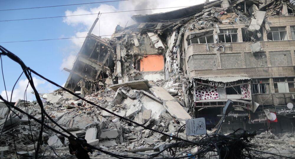 Gazze'nin güneyinde yer alan Sabra Mahallesi'ndeki Al Thalatiny Caddesi üzerinde İsrail tarafından daha önce vurulan bir noktada yaralılara yardım eden sivilleri insansız hava aracı (İHA) ile vurdu.