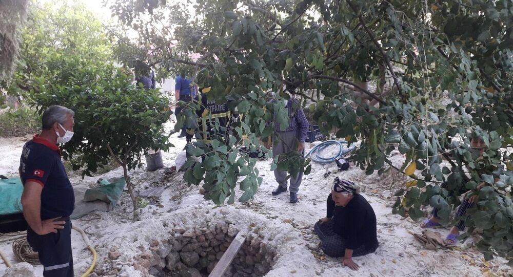 Adana'nın Kozan ilçesinde pompa indirmek için girdikleri su kuyusunda gazdan zehirlenen 3 kişi yaşamını yitirdi.