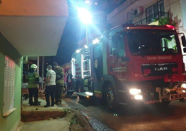 İzmir'in Buca ilçesinde bir evde çıkan yangında dumandan etkilenen 2 kişi hastaneye kaldırıldı.