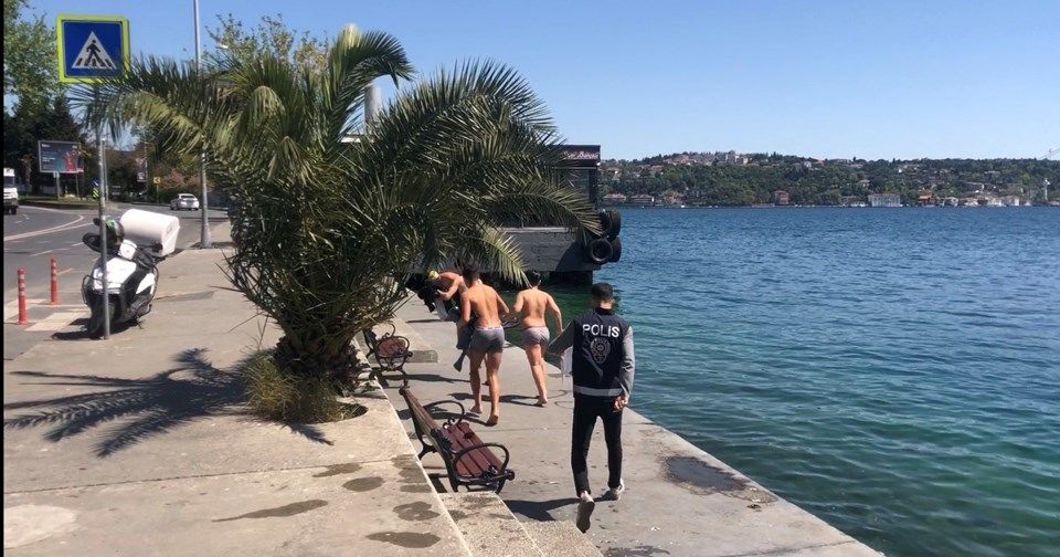 sokağa çıkma yasağında deniz girenler / İstanbul