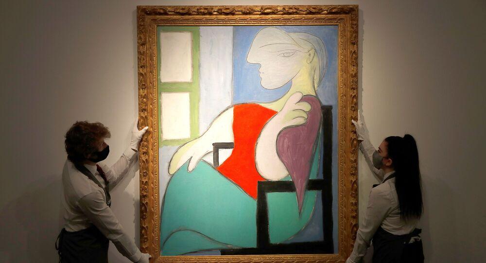 Pablo Picasso'nun 'Femme Assise Pres d'Une Fenetre (Marie-Therese)' isimli tablosu, Christie'smüzayede evinin galerisine yerleştirilirken