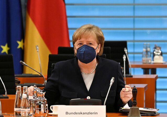 Berlin'deki başbakanlık konutunda haftalık kabine toplantısına başkanlık eden Angela Merkel