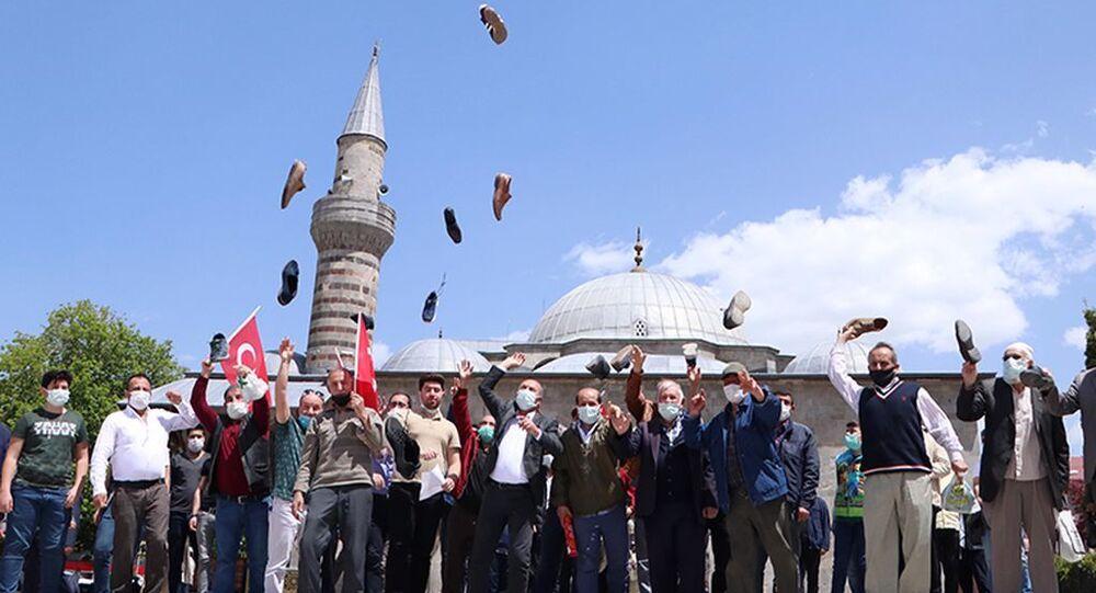 Erzurum'da İsrail'i ayakkabılarını fırlatarak protesto ettiler