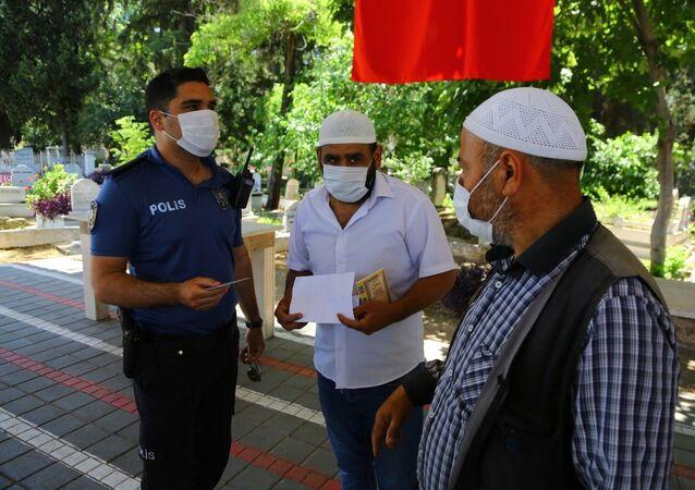 Mezarlıkta 'korsan hoca' denetimi: Polis inanmadı, tek tek dua okuttu