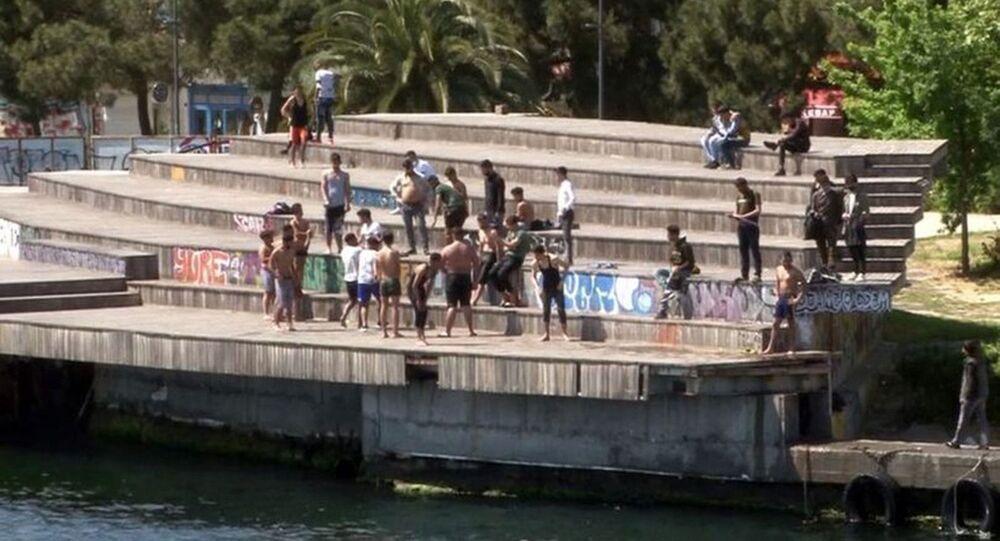 İstanbul Karaköy'de bir grup genç, koronavirüs ile mücadele kapsamında uygulanan tam kapanmayı hiçe sayarak denize girdi. Kimseye aldırmadan yüzen gençler görenlere pes dedirtti