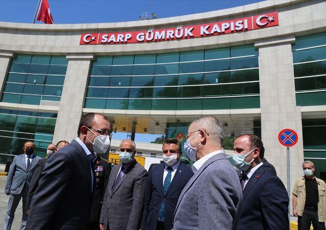 Sarp Sınır Kapısı'nda incelemelerde bulunarak yetkililerden bilgi alan Ticaret Bakanı Mehmet Muş daha sonra personel ve tır şoförleri ile bayramlaştı.