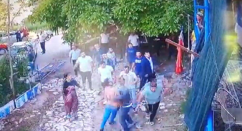 'Evin önünde neden durdunuz' diyen aile saldırıya uğradı